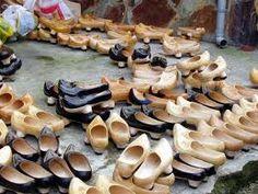 Este es el calzado tipico de las zonas rurales se llama madreñas pero en Asturiano decimos Madreñes