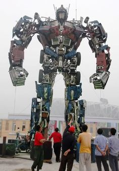 Escultura de Optimus Prime elaborada con desechos metálicos