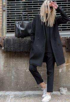 Look effortless chic avec un manteau noir à double boutonnage et des Converse blanches #outfit #converse #look