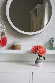 wie du ganz einfach eine kugelf rmige betonvase selber gie en kannst siehst du in diesem diy. Black Bedroom Furniture Sets. Home Design Ideas