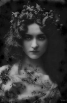 Maude Fealy - c. 1900 - American stage and film actress who appeared in nearly every film made by Cecil B. DeMille in the post silent film era - what a beautiful lady Vintage Glamour, Vintage Beauty, Belle Epoque, Foto Portrait, Silent Film Stars, Foto Art, Photomontage, Our Lady, Vintage Pictures