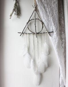 Reliques de la Mort . attrape-rêves triangle de branches blanc et plumes suspension pour décoration Harry Potter pagan sorcellerie .