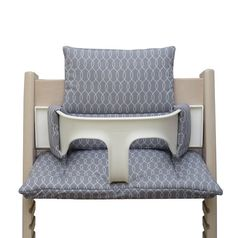 Make your Tripp Trapp high chair be and look more cozy with a soft and comfortable cushion. With the quilted cushion your baby´s or toddler´s chair gets pleasantly soft and the seat comfort is much higher then on the naked wood.  Our cushion is made of 100% soft cotton. The seat combination fits on the naked high chair but can also be easily used with the baby set. Two cushions (back / bottom) can be washed at 40 Cº degrees. The material of the cover is 100% cotton. The material of the…