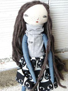 Muñeca con larguísimo pelo de lana virgen cosido a mano. Bordada a mano.  32 cm de AntonAntonThings en Etsy