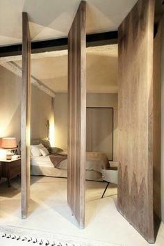 cloisons amovibles en bois, portes en chene clair, sol beige, lit en bois