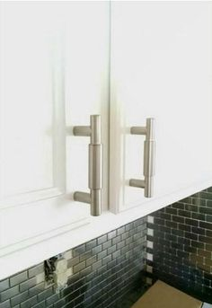 """These modern drawer handles are perfect for kitchen cabinets, kitchen drawer pulls, or any place where kitchen cabinet hardware may be used. The """"York"""" design o Refacing Kitchen Cabinets, Cabinet Refacing, Kitchen Cabinetry, Cabinet Hardware, Kitchen Backslash, Bar Cabinet Furniture, Kitchen Furniture, Builder Grade Kitchen, Kitchen Drawer Pulls"""