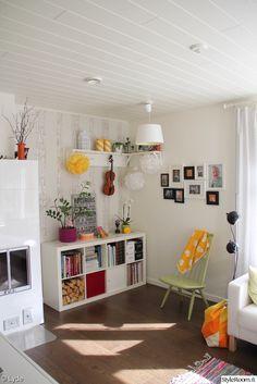 värikäs,olohuone,takka,mademoiselle,pompom,vaalea sisustus,värikkäitä yksityiskohtia,olohuoneen sisustus