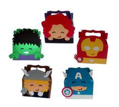Lembrancinha dos Vingadores <br>Toda confeccionada em scrapbook com papel color plus 180 gr <br>Medidas: 8 cm de largura por 10 cm de altura <br>Parte da caixa medidas: 8 cm de largura por 5,5 cm de altura. <br> Fazemos em outros personagens Hulk Birthday Parties, Baby 1st Birthday, Baby Avengers, Avengers Birthday, Favor Bags, Goodie Bags, Felt Baby, Scrapbook, Color Plus