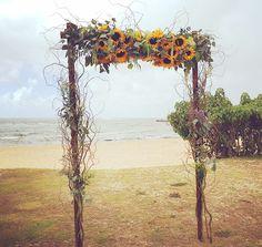 ガーデン挙式のセレモニースペースにしつらえる、アーバー(arbor)。ハワイの海を背景に、海と挙式が結び付き、ハワイウエディングならではの特別な記憶になるでしょう。