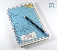 Libreta hecha a mano reciclando una página de un antiguo atlas de 1965.