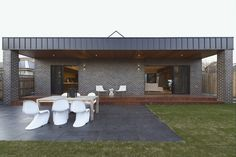 Загородный дом с террасой  http://goodroom.com.ua/mag/krasivyj-interer-sovremennogo-doma-v-avstralii/