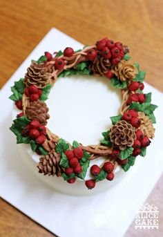 CHRISTMAS CAKE - It's a pine cone wreath cake for christmas. all of butter cream made by Alice Christmas Cake Designs, Christmas Cake Decorations, Christmas Cupcakes, Holiday Cakes, Christmas Desserts, Christmas Treats, Christmas Baking, Xmas Cakes, Christmas Christmas