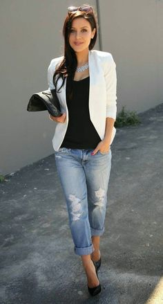 Cool Office Style White Blazer Plus Bag Plus Tee Plus Riped Jeans Plus Heels Professional Summer Outfits, Summer Work Outfits, Spring Fashion Outfits, Casual Work Outfits, Office Outfits, Look Fashion, Fall Outfits, Office Uniform, Casual Wear
