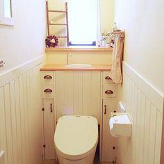 トイレタンクを隠して収納力もUP♪DIYアイデア10選 | RoomClip mag | 暮らしとインテリアのwebマガジン Toilet, Diy And Crafts, Cabinet, Bathroom, Storage, Furniture, Home Decor, Bathing, Clothes Stand