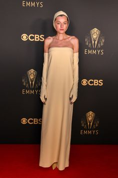 The Best Dressed Stars at the 2021 Primetime Emmy Awards   Vogue Neon Yellow Tops, Anya Taylor Joy, Glamour Photo, Dior Haute Couture, Nice Dresses, Formal Dresses, Column Dress, Floor Length Gown, Red Carpet Looks
