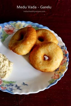 medu vada recipe or garelu or urad dal vada are popular south indian breakfast and snack food. Learn to make best medu vada with step by step photos Diwali Snacks, Diwali Food, Sweets Recipes, Snack Recipes, Cooking Recipes, Breakfast Recipes, Dinner Recipes, Vegetarian Breakfast, Breakfast Dishes