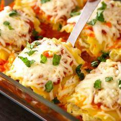 Zucchini Lasagne Roll Ups sind köstlich lecker Healthy Lasagna Rolls, Healthy Zucchini Lasagna, Vegetarian Lasagna Roll Ups, Chicken Lasagna Rolls, Zucchini Lasagna Rolls, Healthy Rolls, Spinach Lasagna, Vegetarian Meals, Healthy Food