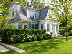 32 Stunning Colonial Farmhouse Exterior Design Ideas - Is it true that you are staring off into space of owning an extravagant home showered with extraordinary goods or maybe your mind meanders to the ench. Extravagant Homes, Nantucket Home, Cottage Style Homes, New England Homes, Hamptons House, Coastal Cottage, Coastal Style, Farmhouse Design, White Farmhouse