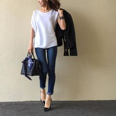 white top, jeans, black leather jacket, pumps and bag outfit Daily Fashion, Love Fashion, Girl Fashion, Winter Fashion, Womens Fashion, Fashion Design, Denim Fashion, Fashion Pants, Fashion Outfits