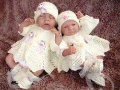 Şapkalı krem rengi kız takımları orgu