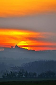 Tramonto sul Monferrato , province of Alessandria , Piemonte The Places Youll Go, Places To See, Wonderful Places, Beautiful Places, Piedmont Italy, Beau Site, Regions Of Italy, Beautiful Sunrise, Beautiful Landscapes