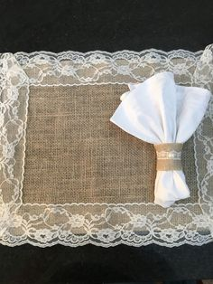 American jute game with application in income. It comes with storage . Burlap Crafts, Diy And Crafts, Arts And Crafts, Burlap Projects, Sewing Projects, Place Mats Quilted, Table Runner And Placemats, Burlap Flowers, Craft Materials