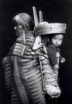 Simple descriptions and pictures of Native American cradleboards, papoose carriers, and other Indian baby-carrying technology. Native American Baby, Native American Photos, Native American Tribes, Native American History, American Indians, American Art, First Nations, Clemente Orozco, Navajo Women