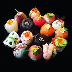 Colorful ball-shape sushi with various foodstuffs. Japanese Food Sushi, Japanese Dishes, Japanese Sweets, Oshi Sushi, Temari Sushi, Sushi Comida, Sashimi Sushi, Sushi Love, Sushi Art