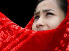 Η Αννέτα Παπαθανασίου και οι γυναίκες ηθοποιοί της Καμπούλ μιλούν για το πώς είναι να παίζεις με τη φωτιά