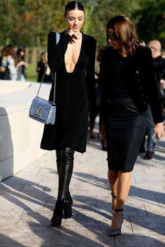 Gewagt, gewonnen: Model Miranda Kerr trägt Overknee-Stiefel zur Pariser Fashion Week. Rechts ist die Chefredakteurin des CR-Books, Carine Roitfeld, zu sehen