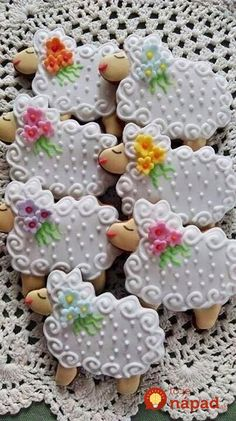 Easter Cookies are the best way to spread the festive cheer. Here are the best Easter cookies ideas & Easter cookie decorating inspiration for you to try. Fancy Cookies, Iced Cookies, Cute Cookies, Easter Cookies, Royal Icing Cookies, Cookies Et Biscuits, Holiday Cookies, Cupcake Cookies, Sugar Cookies