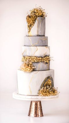 stunning Gold geode cake
