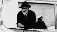 Appuyé au bastingage du  le commandant Charcot passe au large du phare du Grand Jardin: il quitte Saint-Malo pour la dernière fois, le 16 juillet 1936 (Photo : Mme Morane). -