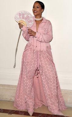 Horreur de Fashion Police  Rihanna nous fait mal aux yeux (et au cœur) avec cet ensemble mi-jogging mi-pyjama entièrement rose assez effrayant de sa collection Fenty x Puma.