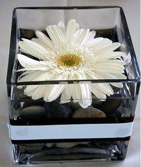 simple centerpiece but a dahlia not a daisy