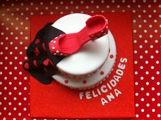Tarta personalizada con tematica sevillana, zapato de lunares y mantón elaborada por TheCakeProject en Madrid