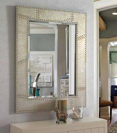 Con un marco de metal remachado, este espejo moderno y asequible otorga a tu hogar un estilo vanguardista a la vez que original. Disponible en 2 modelos Medidas marco cuadrado 127x102x3. Medidas marco circular 92x92x3.