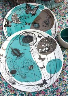 Assiettes illustrées par Mlle Héloise - fondatrice des Editions la Marelle Pottery Painting, Ceramic Painting, Diy Painting, Pottery Art, Ceramic Art, Ceramic Tableware, Porcelain Ceramics, Ceramic Bowls, Sgraffito