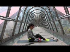 Grid Foam Roller auto-massage. Pressez volontairement fort votre corps contre le tube en serrant votre ceinture abdominale. Allez de plus en plus profondément. Il facilite la détente musculaire. Améliore la circulation sanguine (sensation de jambes lourdes). Réduit les douleurs musculaires en assouplissant les muscles. Améliore la qualité des tissus musculaires en éliminant les nœuds qui se forment avec le temps. Améliore l'amplitude articulaire et la flexibilité musculaire (gain de…