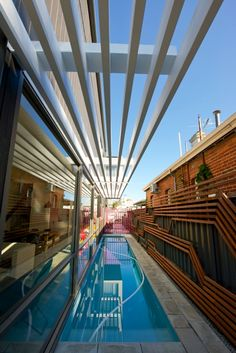 Длинный бассейн проходит вдоль дома и служит его украшением. .