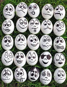 Oeufs blancs et de nombreux visages drôles