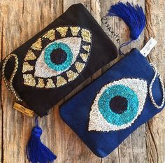 Olho negro... Bolsinha. Beaded Embroidery, Hand Embroidery, Embroidery Designs, Diy Clutch, Beaded Brooch, Crochet Purses, Knitted Bags, Handmade Bags, Fabric Crafts