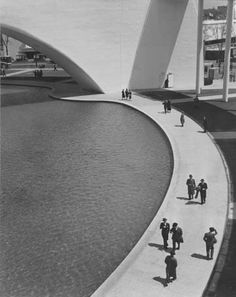 1939 NY Fair : The promanade around the theme pond. This walkway was used by visitors when they left the Trylon and Perisphere..