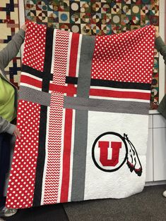 A great quilt to be made in your mans favorite footy team's colours. University of Utah quilt (Perfect concept for bears quilt) Football Quilt, Baseball Quilt, Football Team, Quilting Projects, Quilting Designs, Sewing Projects, Quilting Ideas, Sewing Ideas, Diy Projects