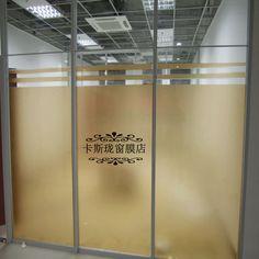 Divisória de vidro dourada com escritas no meio
