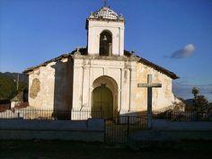 """Pues esta es la iglesia de Gualcince, municipio de Lempira y se estima fue habitada cerca de 1576; el municipio de Gualcince cuenta con montañas enormes cubiertas de pinos entre las que se encuentra """"El Congolón"""""""