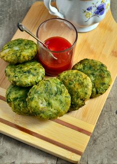 Hara bhara kabab recipe with step by step photos. Sharing a very healthy green kabab or cutlet recipe with the goodness of spinach and green peas. Hara bhara kabab recipe is a popular north indian … Best Vegetable Recipes, Vegetarian Recipes, Cooking Recipes, Healthy Recipes, Vegan Vegetarian, Potatoes And Peas Recipe, Vegan Patties, Indian Food Recipes, Ethnic Recipes