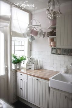 .Like the small pot holder used for jugs, warm wood countertops