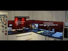 Muebles de cocina en alto brillo con tirador uñero y sistema cierre sile...