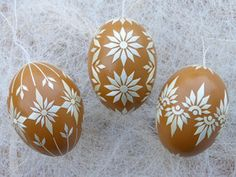 3 echte Ostereier mit Stroh verziert, Ocker